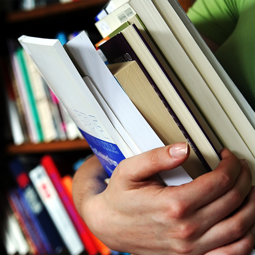 Bücher-halten
